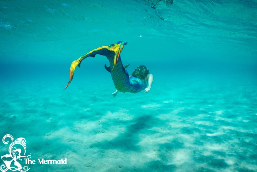 Hier schwimme ich mit einer Meerjungfrauenflosse von Fin Fun. (Foto: Antonis Kelaidis)