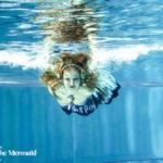 Ich beim Schwimmen mit einer Meerjungfrauenflosse.