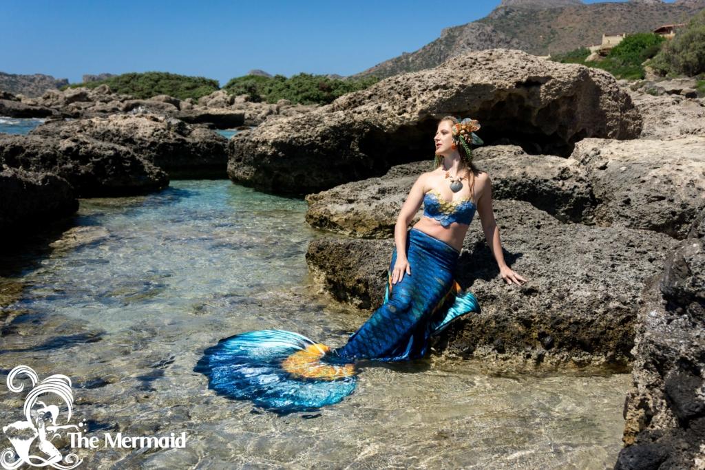 Meerjungfrauen-Shooting mit einer Flosse aus Textil. Foto: Antonis Kelaidis.