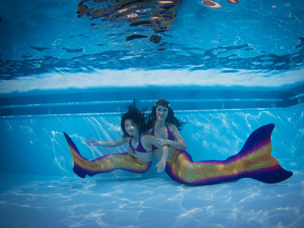 Bei der Mermaid Kat Academy ( www.meerjungfrauen-schule.de ) kannst Du das Meerjungfrauenschwimmen lernen und für einen guten Zweck spenden. Foto: Ian Gray