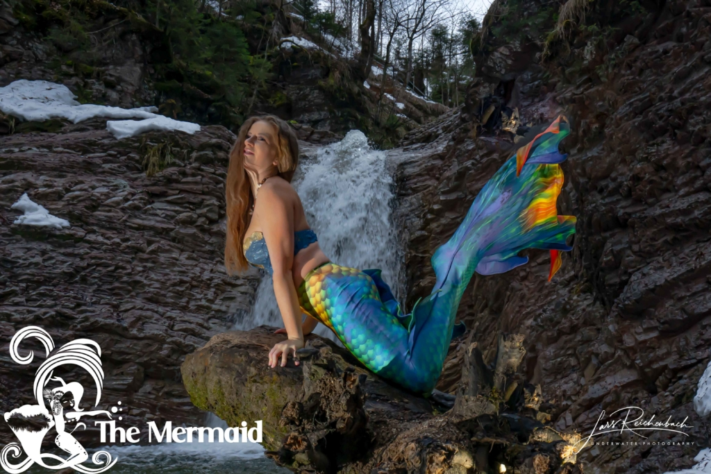 Ein Meerjungfrauen-Shooting am Wasserfall bei unter Null Grad.